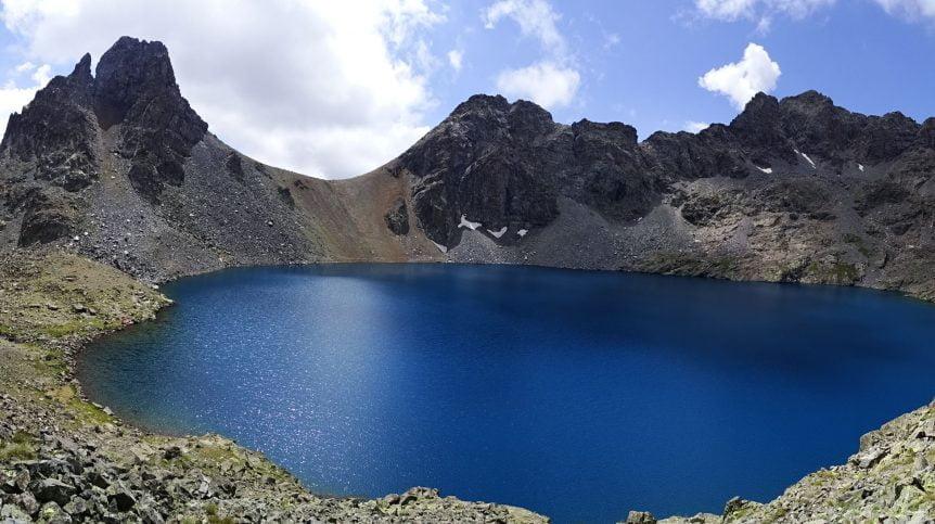 3380 metre yükseklikte etrafı kayalıklarla çevrili mavi deniz gölü